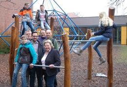 Das Bild zeigt den aktuellen Vorstand des Fördervereins zusammen mit Schülerinnen und Schülern bei den gestifteten Spielplatzgeräten. vlnr.:Herr Weber, Herr Deselaers (1. Vorsitzender), Herr Vocks, Herr Kalkhoff und Frau Reuter